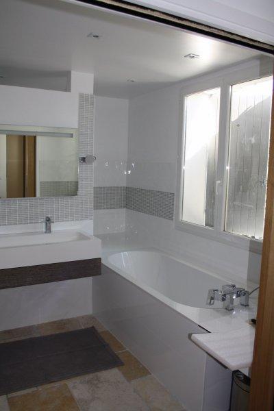 Cr ation d 39 une salle de bain aix en provence syst me for Chauffage sous fenetre